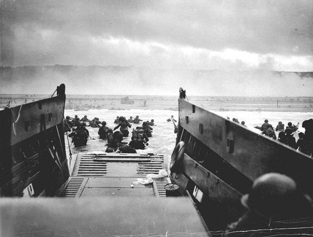 Pohled, jenž se naskytl vojákům, kteří dorazili k pláži Omaha 6. června 1944 v půl sedmé ráno