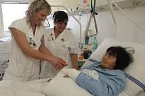 Pacienti nad 65 let po úrazech mají nyní ve Fakultní nemocnici vlastní oddělení. Péče o seniory má totiž svá specifika a je náročnější i personálně. O pacienty se starají například i zdravotní sestry Pavla Kmoníčková a Ludmila Nebeská (zleva)