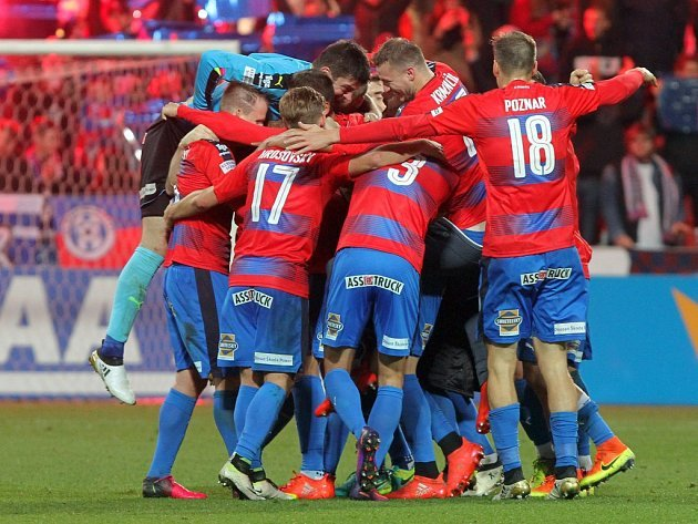Takhle se radovali fotbalisté Viktorie Plzeň po vítězném ligovém utkání s pražskou Spartou. Dnes čeká svěřence trenéra Romana Pivarníka pohárový zápas v Opavě