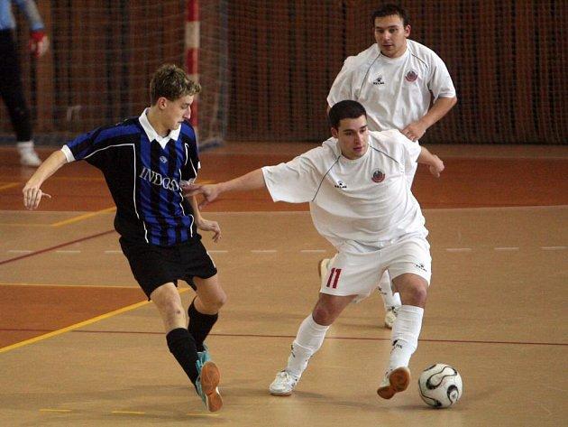 Futsalisté Indossu Plzeň (v tmavém) porazili v utkání 14. kola druhé ligy, ze kterého je snímek, liberecký tým Andy 7:3. Připsali si tak třetí  vysokou výhru v řadě. V tabulce ztrácejí dva body na první příčku znamenající postup do nejvyšší soutěže
