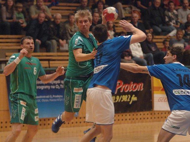 Házenkáři Lokomotivy Plzeň prohráli v Jičíně 30:34. Na archivním snímku z utkání v základní části extraligy střílí na branku Východočechů Tomáš Soukup. Vlevo přihlíží Martin Šetlík.