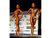Hned dvojnásobné zastoupení měly české reprezentantky ve finále kategorie bodyfitness juniorek nad 163 cm. Vlevo nakonec šestá Barbora Sýkorová, vpravo Eva Sváčková
