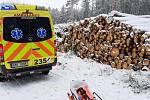 Záchranářům z zasněženém lese pomohli dělníci s pásovým traktorem