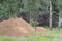 Zámecký park v Malesicích postupně mizí pod návozy zeminy