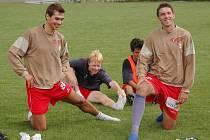 Martin Knakal (vlevo), fotbalista řeckého týmu Škoda Xanthi, se během měsíc a půl dlouhé dovolené připravoval individuálně