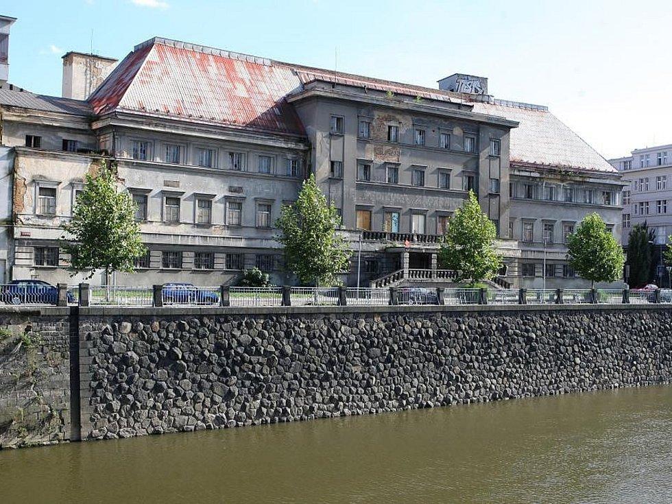 Budova bývalých městských lázní vPlzni. Vroce 1993lázně oficiálně ukončily provoz a vroce 1994byly privatizovány. Od té doby vystřídaly několik majitelů.