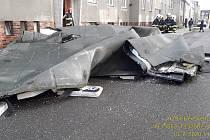 Vítr strhl střechu v Plzni v ulici Pod Záhorskem. Střecha poničila několik zaparkovaných aut