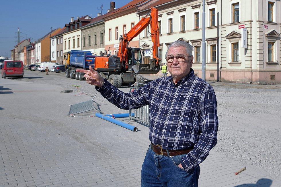 Jiří Kovářík, pamětník spojeneckého náletu v roce 1945.  Stará Domažlická ulice.