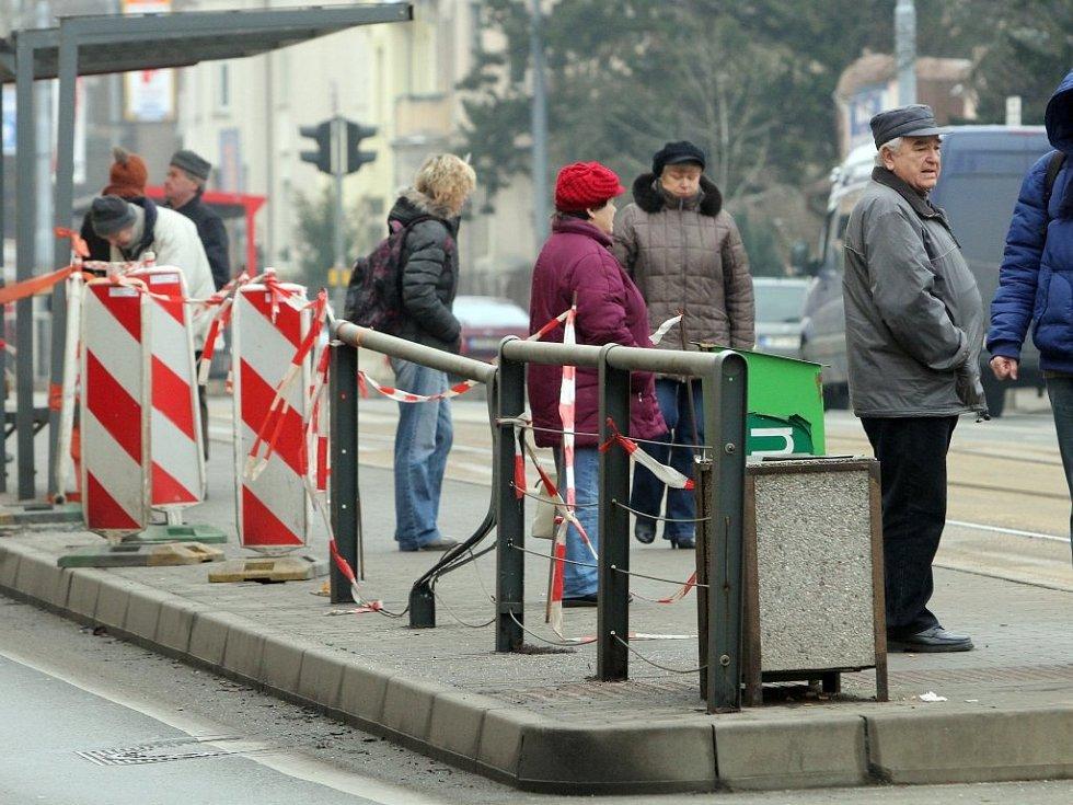 Zábradlí, které má chránit pasažéry ´čtyřky´ve stanici Dobrovského, zdevastoval těsně před Vánoci opilý řidič