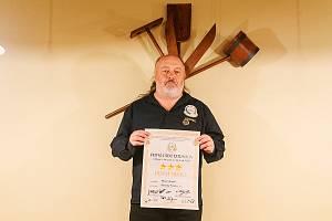 Ladislav Jakl z První pivní extraligy s certifikátem pro ležák Pilsner Urquell.