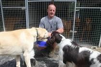 Marek Kreml provozuje hotel pro psy u Třemošné už jedenáctým rokem. Právě podává hostům pár laskomin navíc