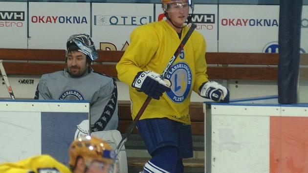 Jekabs Redlihs (vpravo ve žlutém dresu)