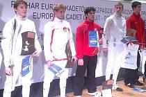 Petr Bradáč (třetí zleva) skončil třetí na Evropském poháru sedmnáctiletých kordistů v Krakově