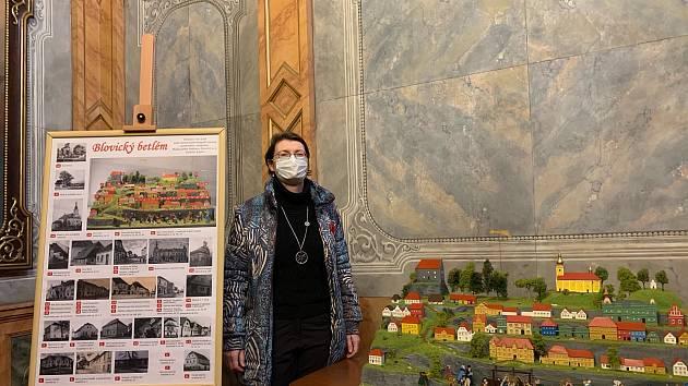 Ředitelka Muzea jižního Plzeňska Radka Křížková Červená u tzv. blovického betléma od Vladislava Ruperta v kapli sv. Ondřeje. Kaple se dnes využívá pro svatební obřady, koncerty či přednášky. Letos zámek zpřístupní i své sklepy.