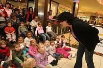 Po prvních nejistých větách se dokážu s dětmi v Plaze bavit o pohádkách a uvést divadelníky z o. s. Elements