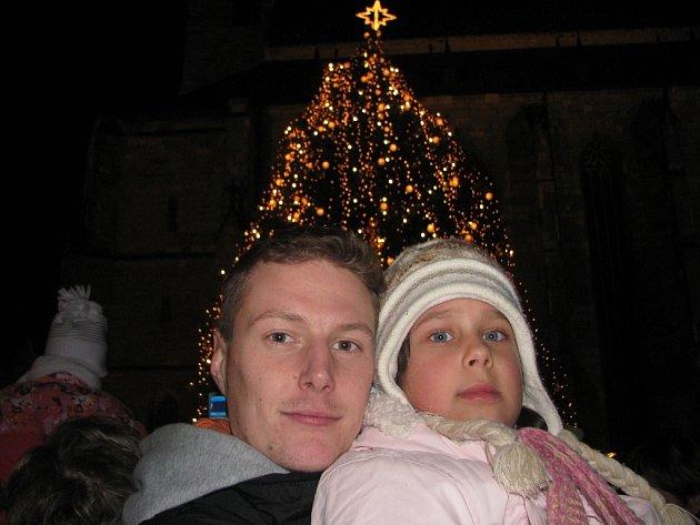 Rozsvěcení vánočního stromku na náměstí Republiky v Plzni se účastnil i Patrik Schyba s malou Verunkou.