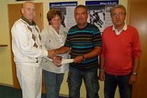 Předseda správní rady NFZO Vladimír Jarý (vlevo) předává šek Milanu Kajklovi. Na snímku jsou také členové NFZO a bývalí olympionici Věra Štruncová a Bohuslav Ebermann