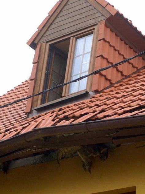 Výbuch se podepsal hlavně na poškozené střeše a krovu