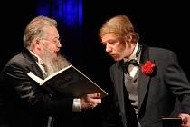 Na snímku z inscenace zleva Jiří Untermüller v roli profesora Albína Bočka a Jiří Langmajer, který jako host ztělesnil zločince a šíleného vědce Ruperta von Kratzmara.