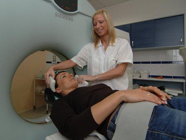 Nový diagnostický přístroj pokřtila ve středu v plzeňské nemocnici Privamed známá herečka Alice Bendová