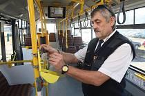 Řidič na konečné zastávce kontroluje označovač jízdenek. Před jízdou musí být vše v pořádku