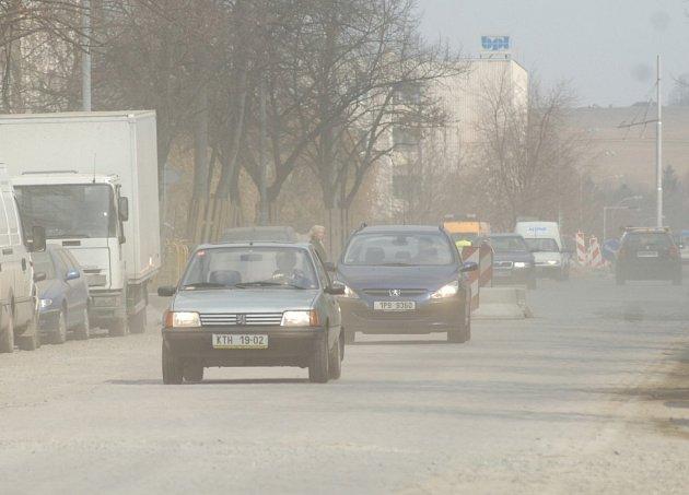 Částkova ulice je zahlcena prachem. I za slunného počasí to zde může vypadat jako v mlze, protože projíždějící auta víří prach ze staveniště. Místním obyvatelům se špatně dýchá a nemohou větrat