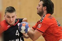 Házenkáři Talentu vstoupí do premiérového ročníku Česko-slovenského poháru. Na snímku z přípravného utkání proti Erlangenu je plzeňský David Bičiště (vlevo).