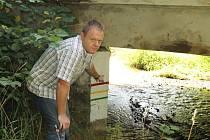 Místostarosta Horní Břízy Zdeněk Procházka ukazuje na výstražné barvy pro stupně povodňové aktivity
