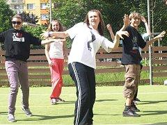 Tanečníci se chystají  pokořit rekord. V Plzni choreografii Thriller učí tři trenérky,  jednou z nich je i Tereza Štípková (vpředu)