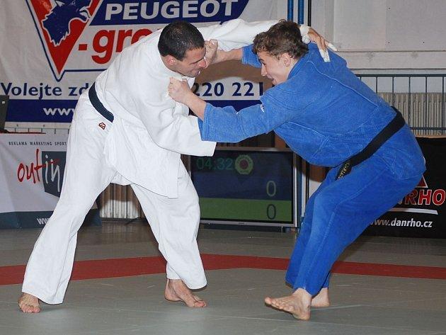 Ve váze do 73 kilogramů získal jeden ze tří bodu plzeňského týmu v utkání proti Litoměřicím Zbyněk Rubáš (v bílém kimonu).