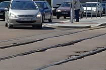 Loňská rekonstrukce křižovatky se tramvajového pásu nedotkla. Stejně tomu bude i na křižovatce Plaská a Okounova