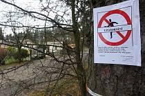 Před naháňkou úřady oblepily některá místa na Valše varováním