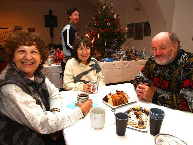 Na plzeňské biskupství se konaly Vánoce pro osamělé. Akce se zúčastnila i Helena Tomešová (uprostřed).