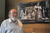 Pavel Vašíček, autor výstavy a dlouholetý dramaturg Divadla Alfa před fotografií z představení Balada z hadrů z roku 1983. Jde o první představení, které pro Divadlo Alfa vytvořil, podílel se na něm jako režisér i dramaturg