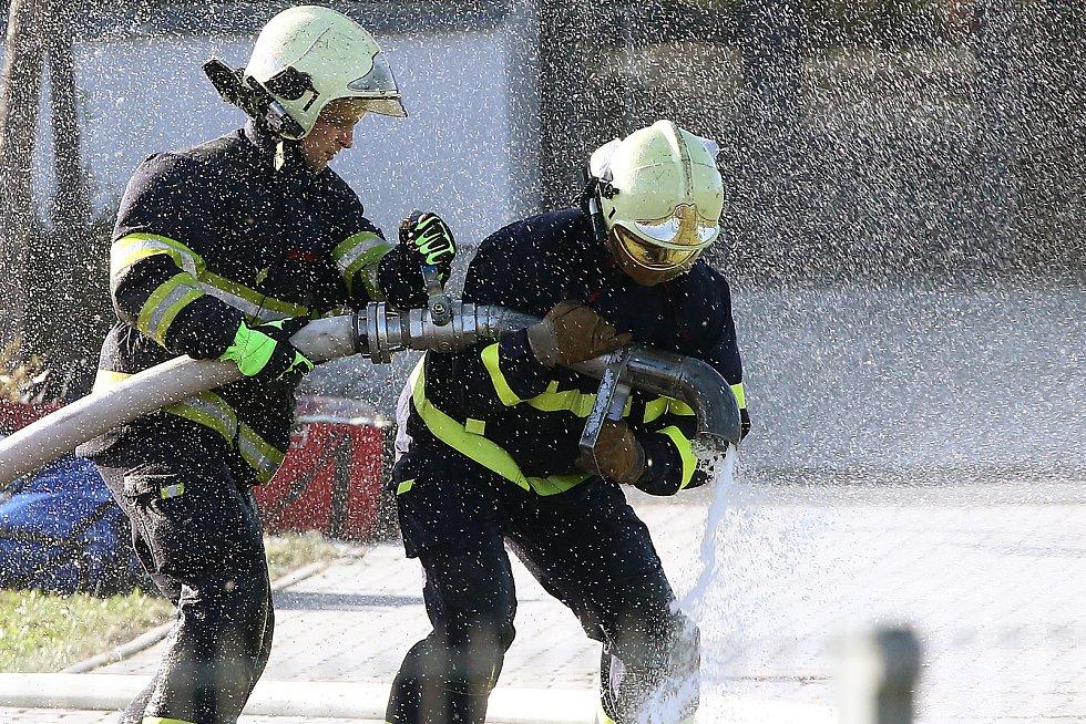Hasiči likvidují požár lesa u Chotíkova.