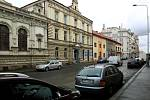 Parkování v Husově ulici v Plzni první den po zpoplatnění