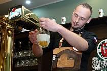 Soutěž v čepování piva Pilsner Urquell - Master Bartender 2018. Na snímku čepuje svoje soutěžní pivo Petr Sváček