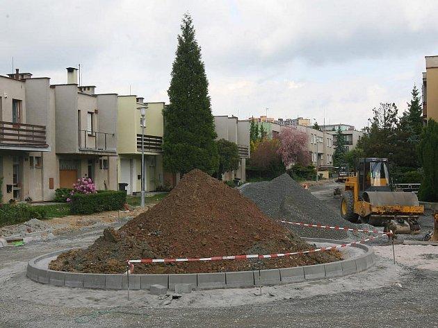 Na konci ulice Josefa Lady vzniká točna pro auta