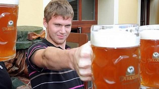 Turisty láká do Plzně i pivo. Náš snímek je z festivalu Slunce ve skle. Toho se například zúčastnil populární jihokorejský moderátor, což se objevilo také v pořadu o Plzni.