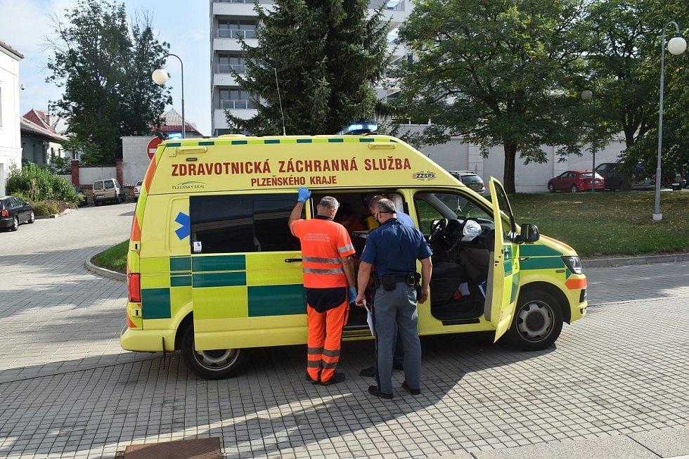 Martin Tolar u okresního soudu v Plzni. Ze soudní budovy obžalovaného odvezla sanitka.