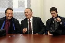 Krajský soud zprostil bývalého šéfa západočeské Inspekce ministra vnitra Miroslava Šouleje (uprostřed) obžaloby z podvodu