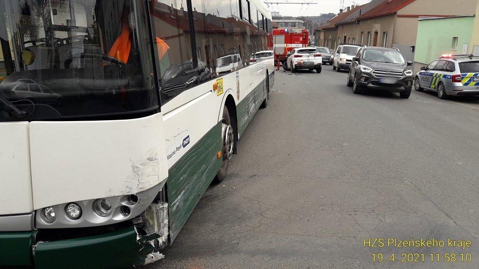 Srážka osobního auta a trolejbusu v Sušické ulici v Plzni.