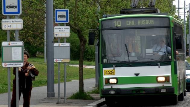 Trolejbusová linka číslo 10 je nejčastějším terčem stížností obyvatel Doubravky. Intervaly mezi trolejbusy jsou podle nich příliš dlouhé