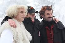 Není bez zajímavosti, že snímek Anděl Páně 2 vznikal v Plzeňském kraji. Režisér Jiří Strach (uprostřed) jej natáčel letos v únoru na zasněžené Šumavě. Vlevo je Ivan Trojan v roli anděla Petronela, vpravo Jiří Dvořák jako čert Uriáš