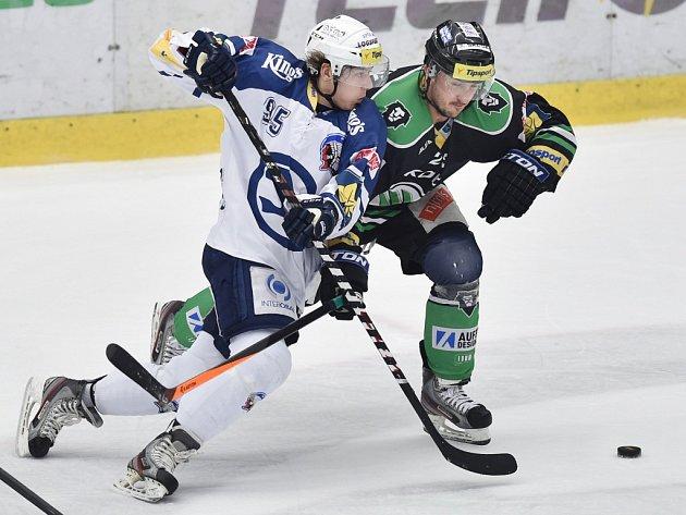 Plzeňský útočník Miroslav Indrák (vlevo) se přetlačuje o puk s Radanem Lencem z Mladé Boleslavi v nedělním čtvrtém utkání předkola play-off.