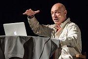 Daniel Landa během autorského čtení knihy Všeník v plzeňské Alfě