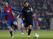 David Bystroň v plzeňském dresu stíhá barcelonského Lionela Messiho v zápase Ligy mistrů (2011)
