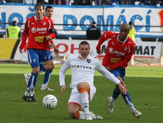 Záložník plzeňské Viktorie Ludovic  Sylvestre (vpravo)  stíhá  ostravského Davida Bystroně ve včerejším  prvoligovém utkání v Plzni, které skončilo  debaklem domácího týmu 0:4.