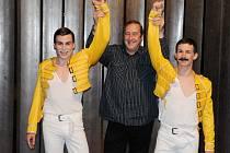 Dlouholetý osobní tajemník Freddieho Mercuryho, pan Peter Freestone, po představení Freddie – The King of Queen v Divadle J. K. Tyla v Plzni. Vlevo Michael Kluch, vpravo Richard Ševčík, interpreti Freddieho Mercuryho – zpěváka a tanečníka.