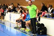 Trenér Pavel Touš na lavičce HC Plzeň.